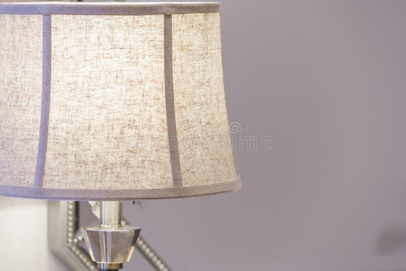 Nahaufnahme einer Tischlampe in einem Wohnzimmer lizenzfreies stockbild