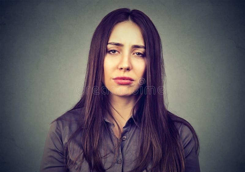 Nahaufnahme einer traurigen gebohrten Frau lizenzfreies stockfoto