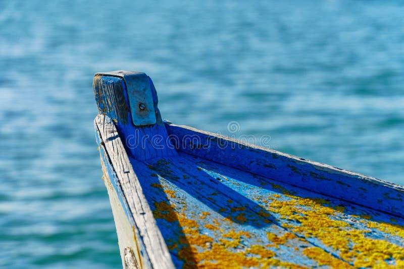 Nahaufnahme einer verwitterten Bootsfront mit Flechten stockbild