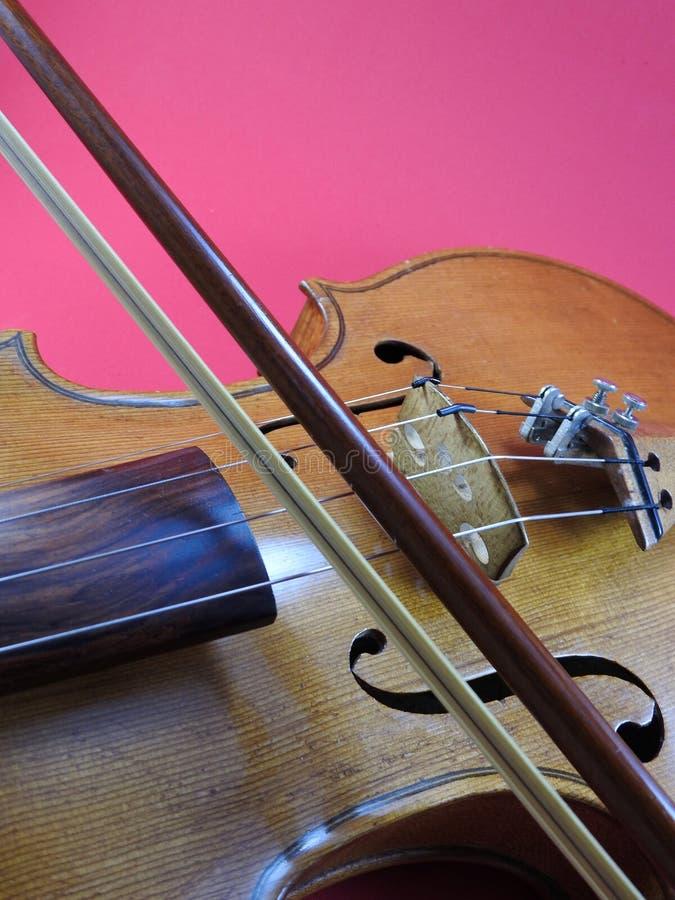 Nahaufnahme einer Violine, des hölzernen Streichinstruments und des Bogens stockfotos