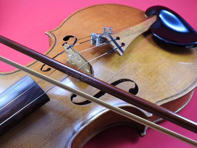 Nahaufnahme einer Violine, des hölzernen Streichinstruments und des Bogens stockbild