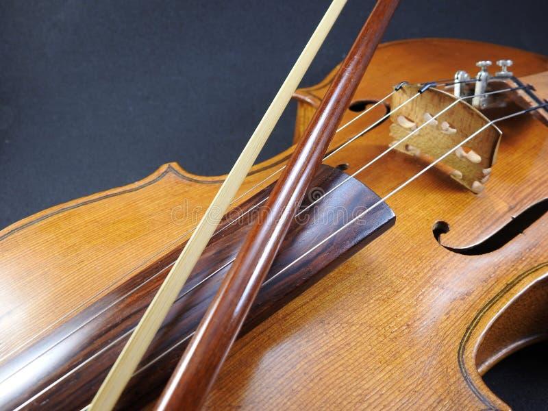 Nahaufnahme einer Violine und des Bogens lizenzfreies stockfoto