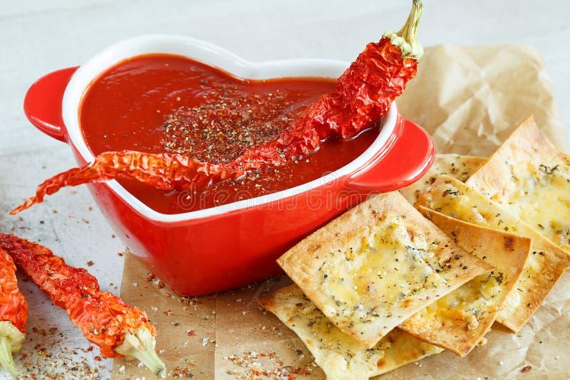 Nahaufnahme einer würzigen Tomatensuppe mit Chips stockfotos
