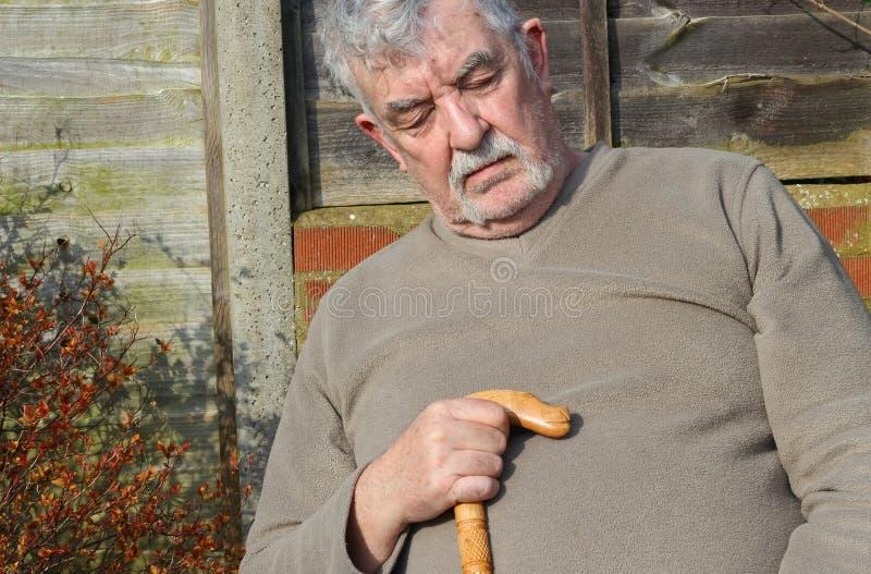 Nahaufnahme eines älteren Mannes schlafend. lizenzfreie stockfotos