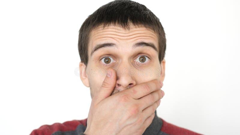 Nahaufnahme eines überraschten emotionalen Mannes mit den braunen Augen, die die Kamera untersuchen lizenzfreie stockfotos