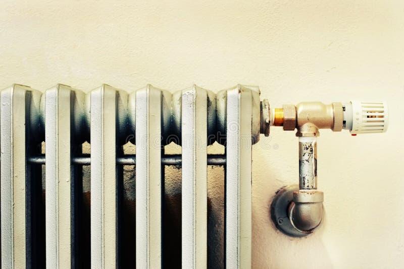 Nahaufnahme eines alten Kühlers mit einem neuen Thermostat stockfotografie