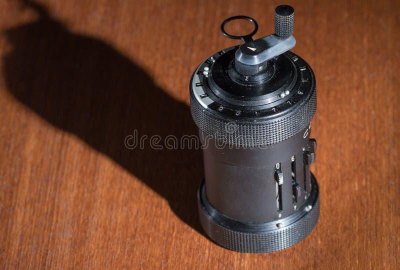 Nahaufnahme eines alten mechanischen tragbaren Taschenrechners stockfoto