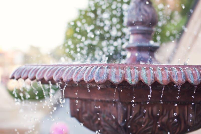 Nahaufnahme eines alten Steinbrunnens mit Bratenfettwasser auf unscharfem Hintergrund lizenzfreies stockfoto