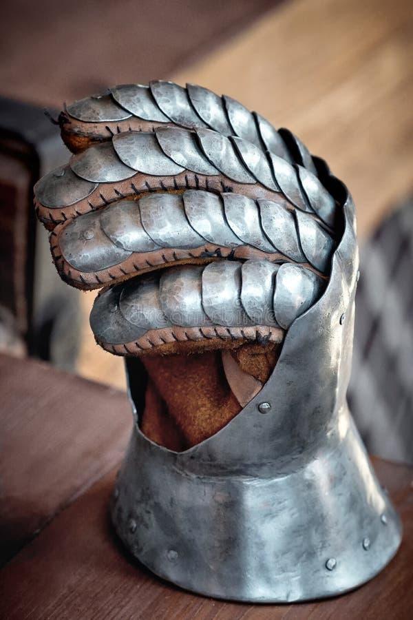 Nahaufnahme eines antiken Stahlritterhandschuhs lizenzfreies stockbild