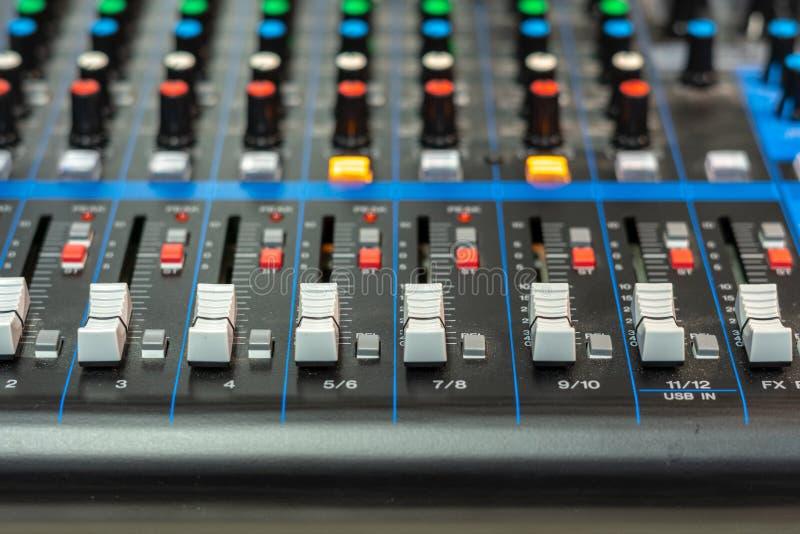 Nahaufnahme eines Audiomischers stockbild