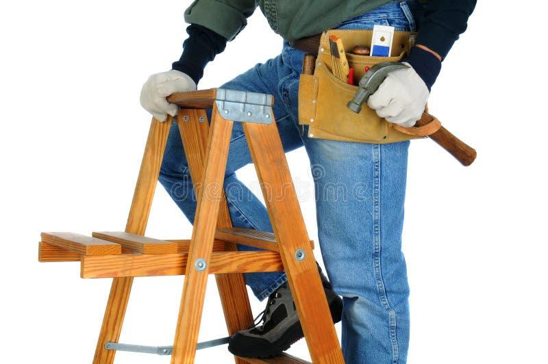Bauarbeiter auf Leiter lizenzfreie stockbilder