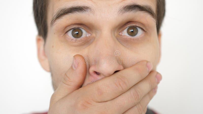 Nahaufnahme eines ?berraschten emotionalen Mannes mit den braunen Augen, die die Kamera untersuchen stockfotos