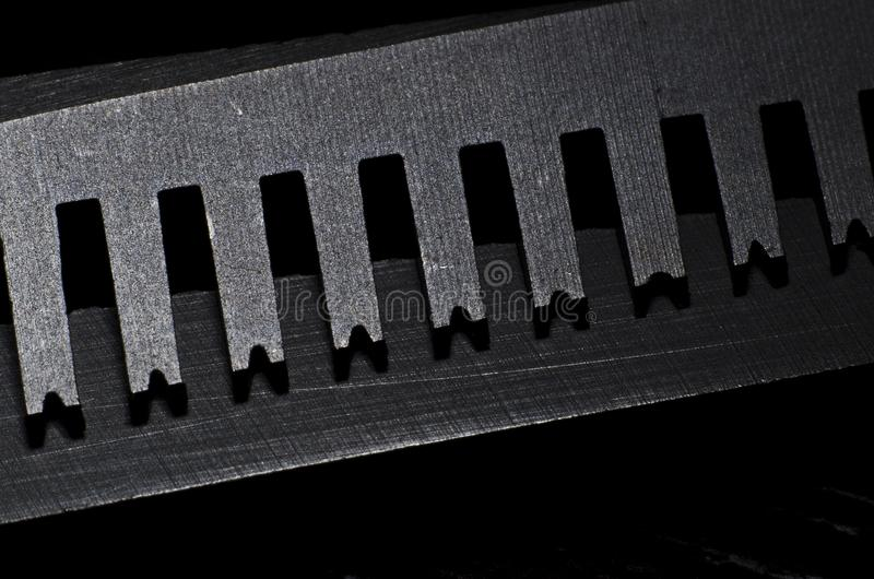 Nahaufnahme eines Blattes der Effilierschere im dunklen Hintergrund lizenzfreie stockfotos
