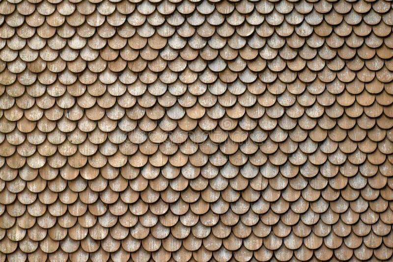 Nahaufnahme eines Dachs eines Schweizer Bauernhofes, bedeckt mit rundem hölzernem shi stockfotografie