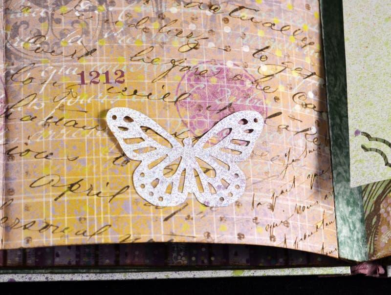 Nahaufnahme eines dekorativen Elements in einem handgemachten photoalbum stockbilder