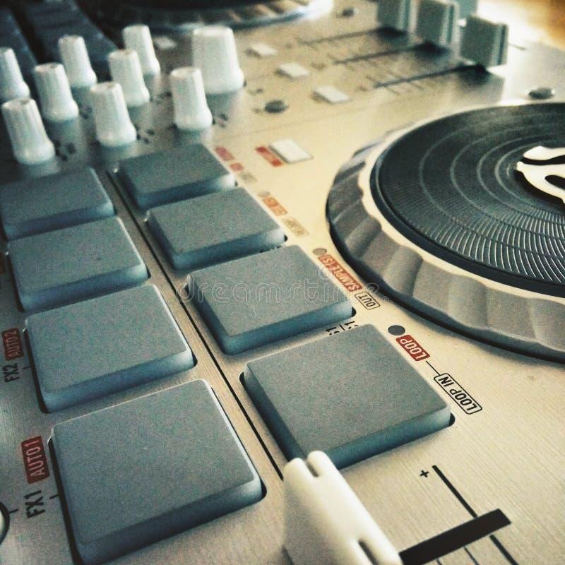 Nahaufnahme eines DJ-Mischers stockfotos