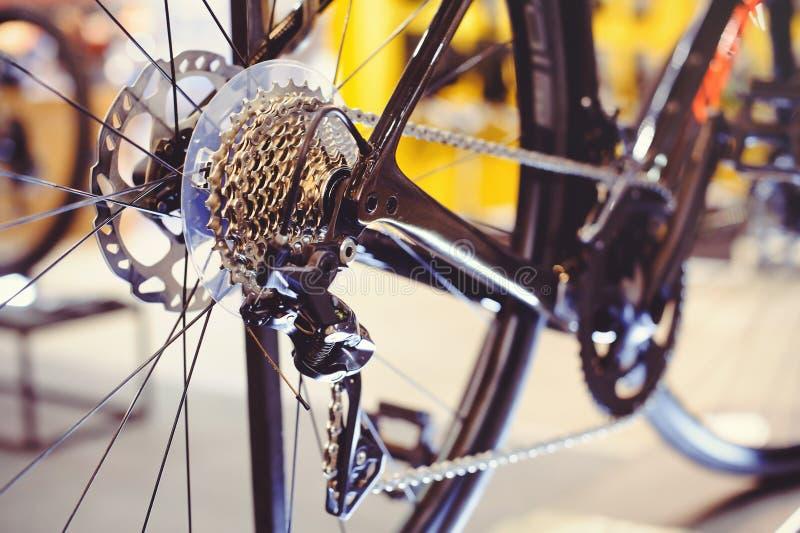 Nahaufnahme eines Fahrradgangmechanismus und -kette auf dem Hinterrad der Mountainbike Hinterradkassette von einer Mountainbike a lizenzfreies stockbild