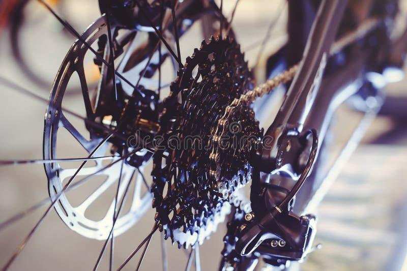 Nahaufnahme eines Fahrradgangmechanismus und -kette auf dem Hinterrad der Mountainbike Hinterradkassette von einer Mountainbike a lizenzfreie stockbilder