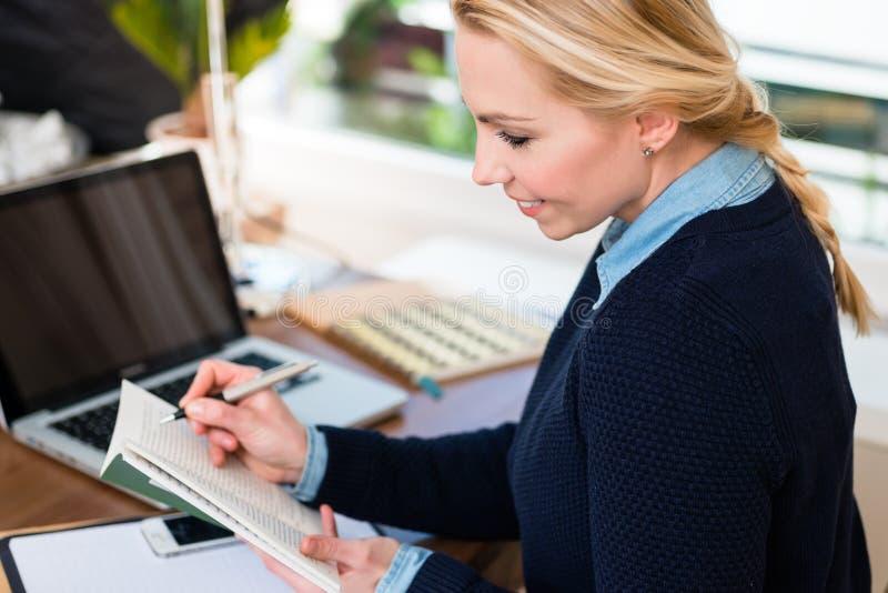 Nahaufnahme eines Frauenschreibens lizenzfreies stockbild
