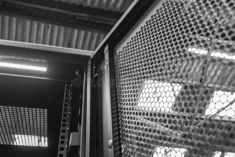 Nahaufnahme eines geöffneten Computer-Server-Kabinetts gesehen innerhalb eines Industriestandorts lizenzfreies stockbild