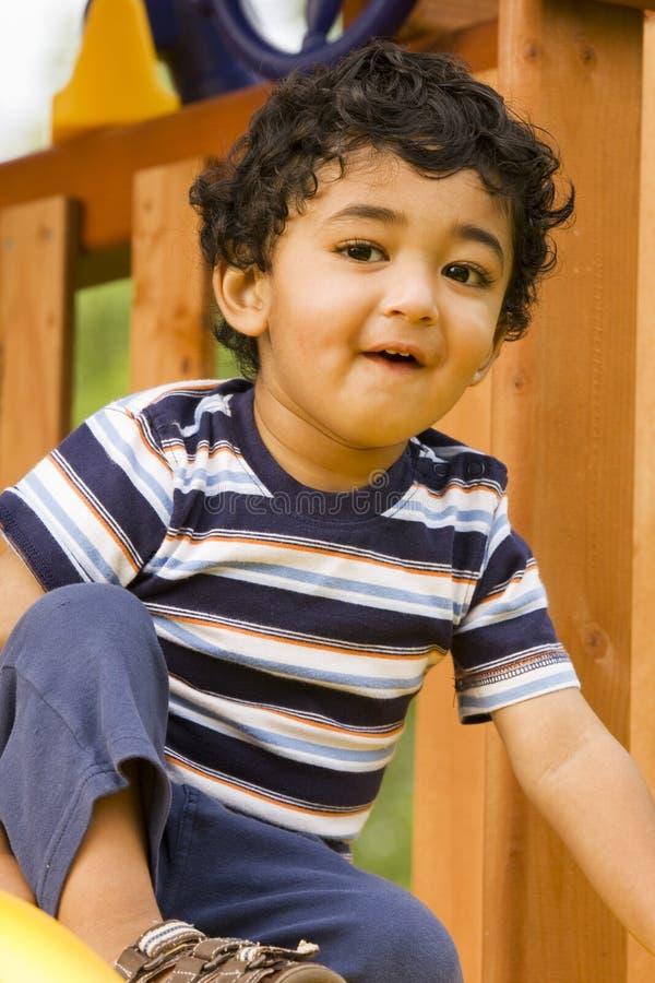 Nahaufnahme eines glücklichen Kleinkindes in einem Playset stockfoto