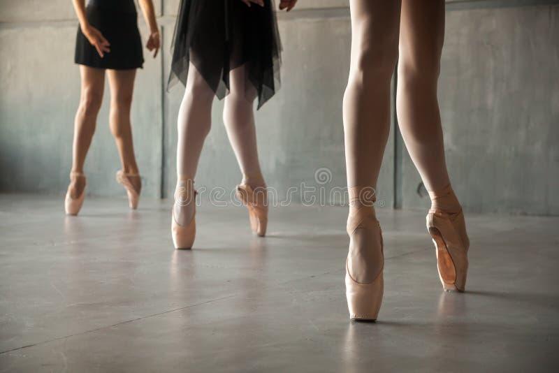 Nahaufnahme eines jungen Balletts stockbild