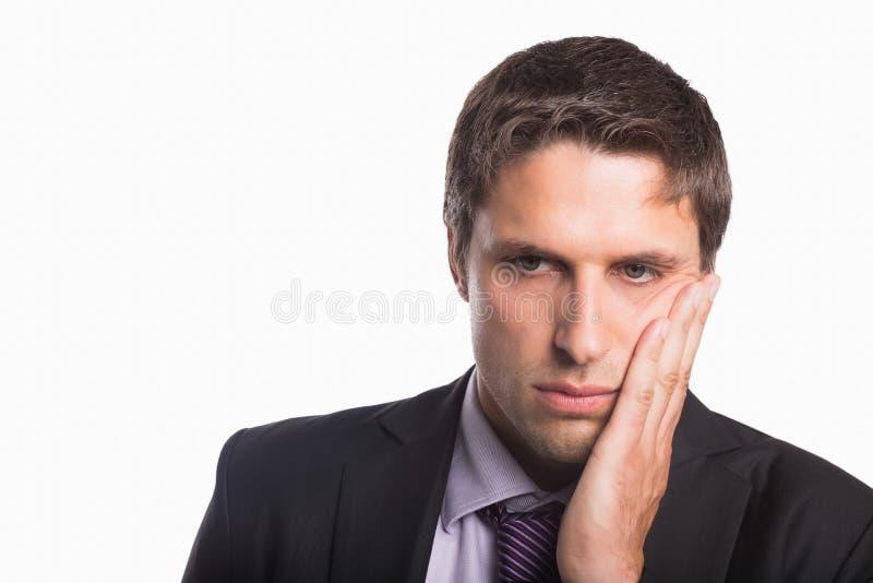 Nahaufnahme eines jungen besorgten Geschäftsmannes lizenzfreie stockfotos