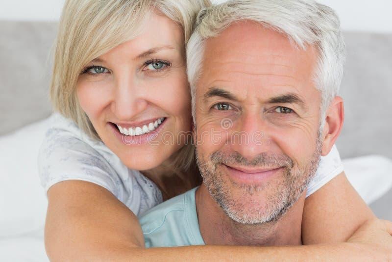 Nahaufnahme eines liebevollen reifen Paares im Bett lizenzfreie stockfotografie