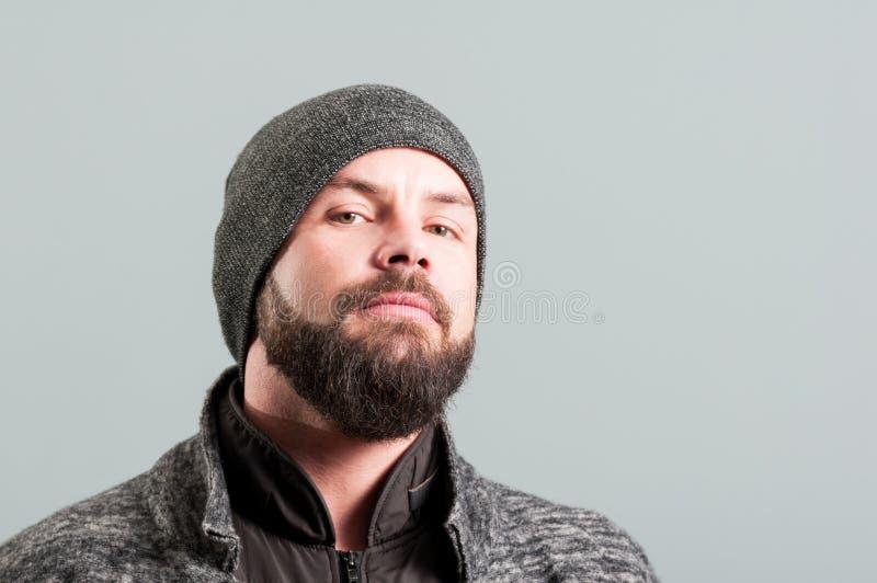 Nahaufnahme eines Männerbildnisses mit dem Bart, der vertrauensvoll fungiert lizenzfreies stockfoto