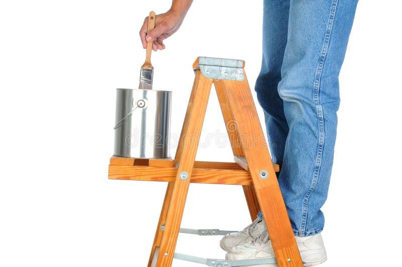Maler auf Leiter mit Pinsel lizenzfreies stockfoto