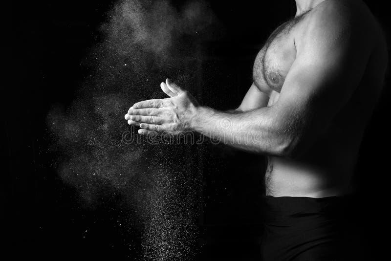 Nahaufnahme eines muskulösen Mannes bereit zum Training stockbilder