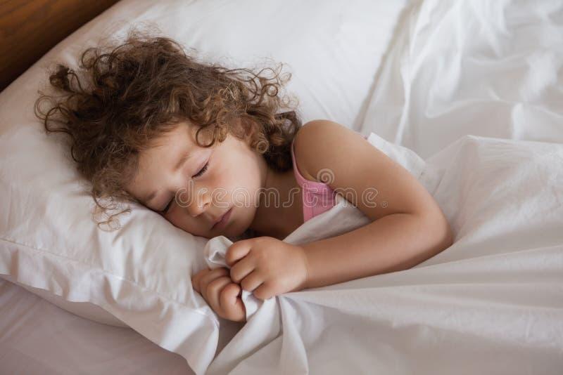 Nahaufnahme eines netten Mädchens, das im Bett schläft lizenzfreies stockfoto