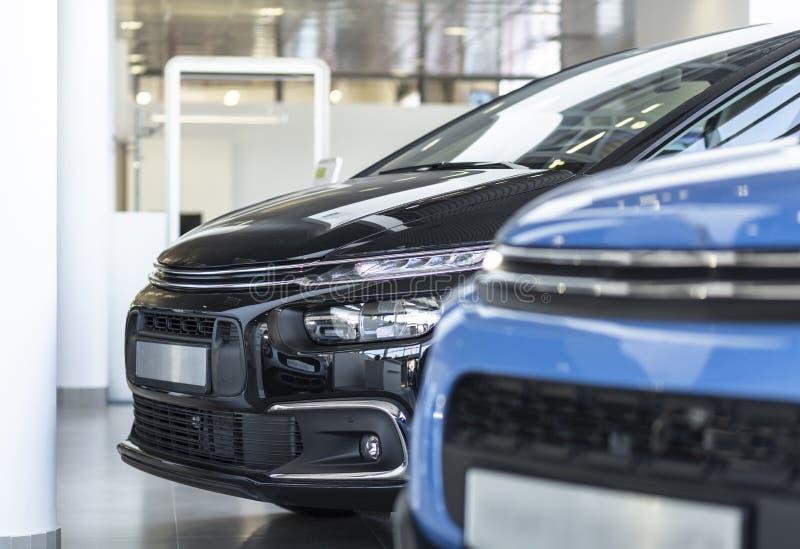 Nahaufnahme eines neuen, schwarzen Autos, das auf Anzeige in einem luxuriösen steht lizenzfreie stockfotografie
