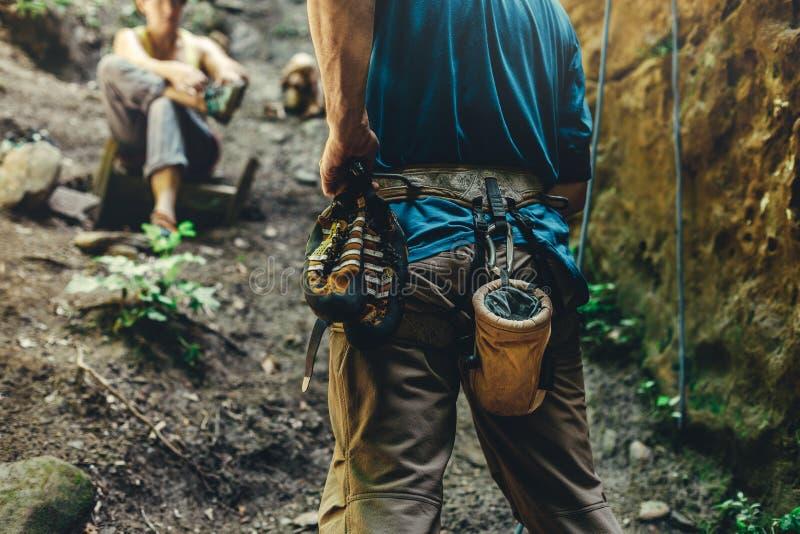Nahaufnahme eines Schenkelbergsteigers mit Ausrüstung auf einem Gurt, Stände auf einem Felsen Extremes Hobby-Konzept stockbild