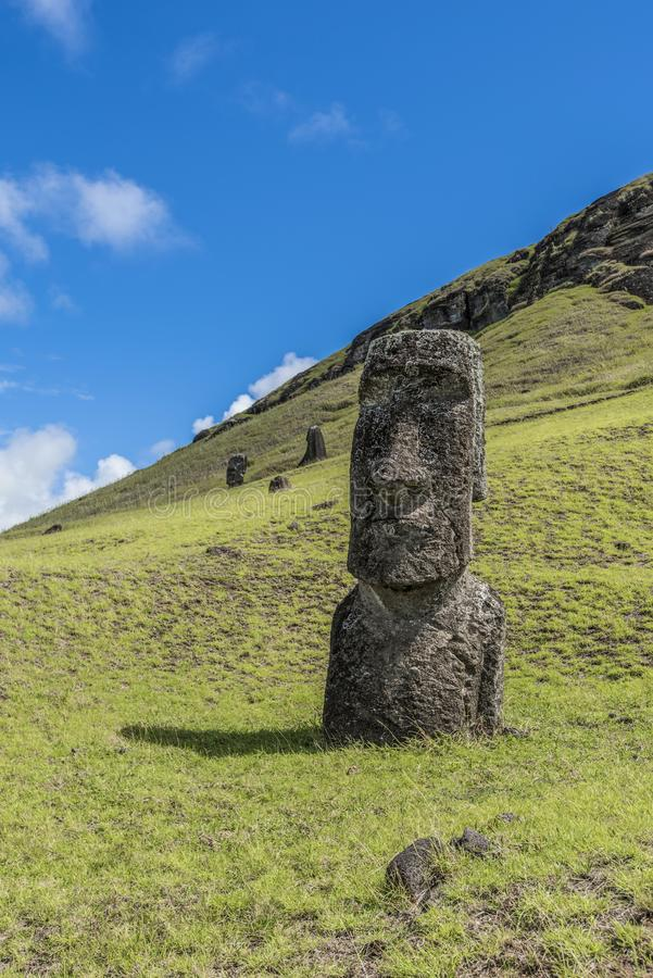 Nahaufnahme eines stehenden moai auf dem Rano Raraku-Hügel stockbilder