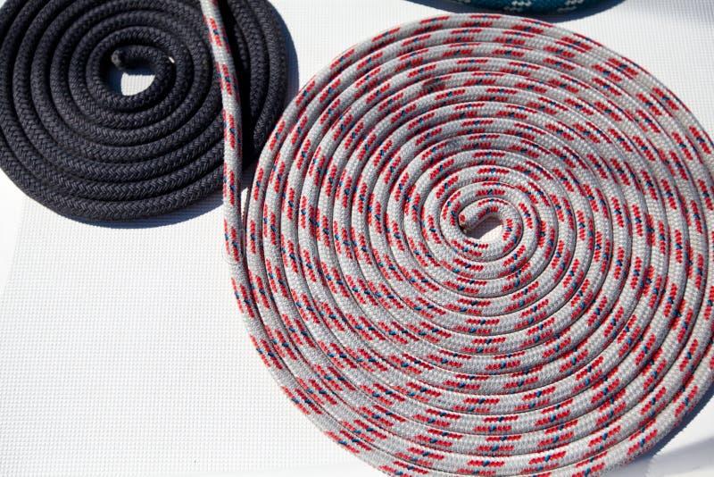 Nahaufnahme eines Verankerungs- Seils stockbilder