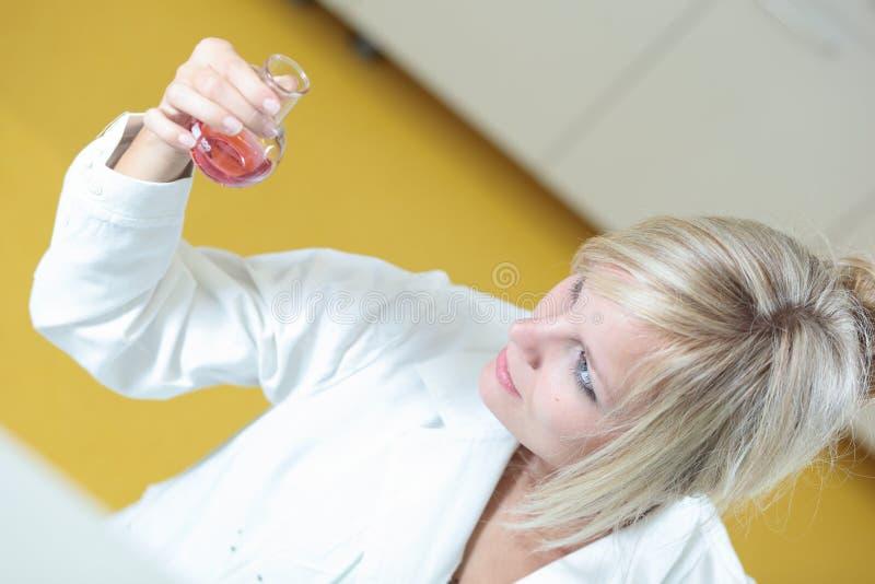 Nahaufnahme eines weiblichen Forschers lizenzfreie stockfotografie