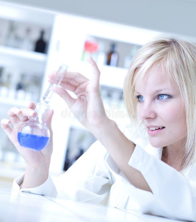 Nahaufnahme eines weiblichen Forschers stockfotografie