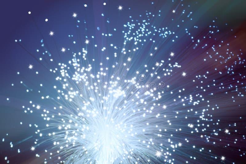 Nahaufnahme am Ende Netzkabels des aus optischen Fasern auf dunklem Purpur lizenzfreies stockbild