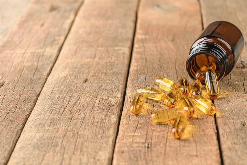 Nahaufnahme ergänzt Vitaminflasche auf hölzernem Hintergrund, coppy SP stockfotografie