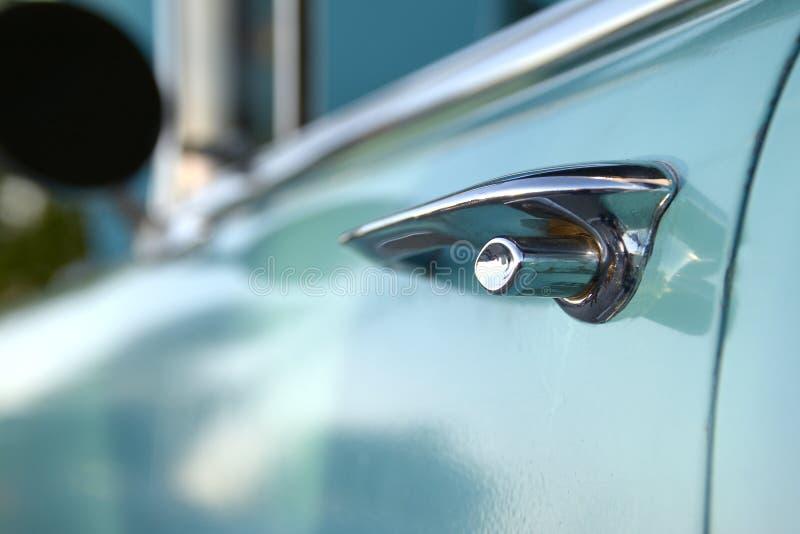 Nahaufnahme-flache Fokus-Türgriff-Verschlussfünfziger jahre klassisches Muskel-Auto lizenzfreies stockbild