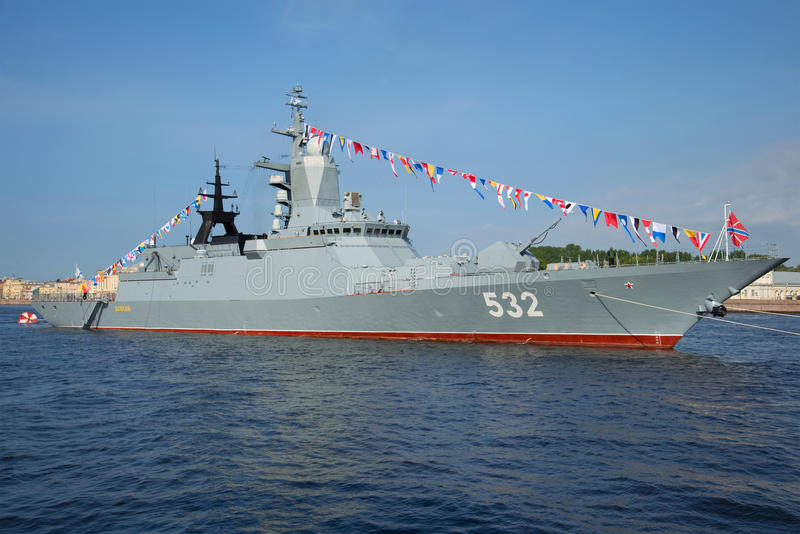 Nahaufnahme Flug-Korvette Boykiy eines sonnigen Tages im Juli im Wasser des Neva Marinetag in St Petersburg lizenzfreie stockfotografie