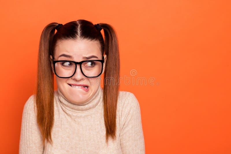 Nahaufnahme Foto schön sie ihre Dame hübsch haairdo schlechte Laune Entschuldigung beißende Lippen Mund Aussehen Seite stockfotos
