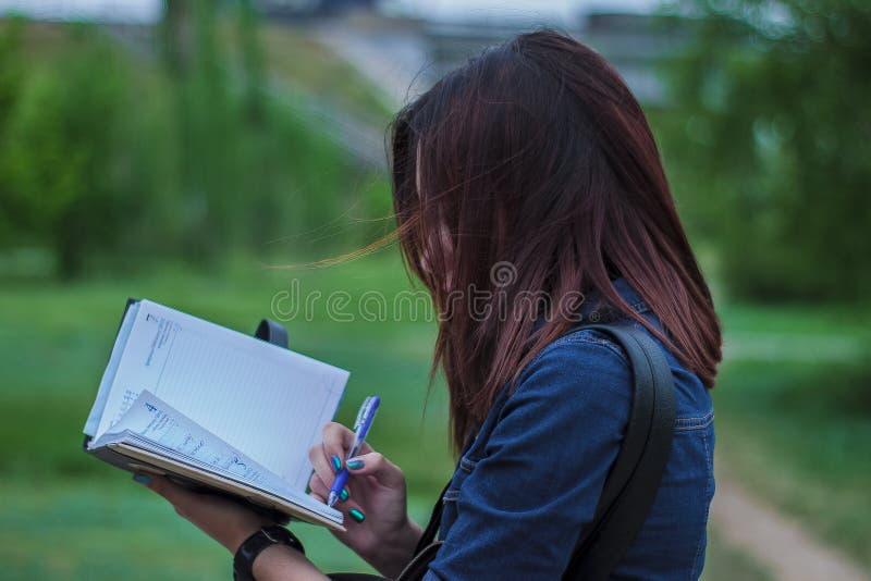 Nahaufnahme-Fotografie einer Person, die auf Notizbuch schreibt stockfoto