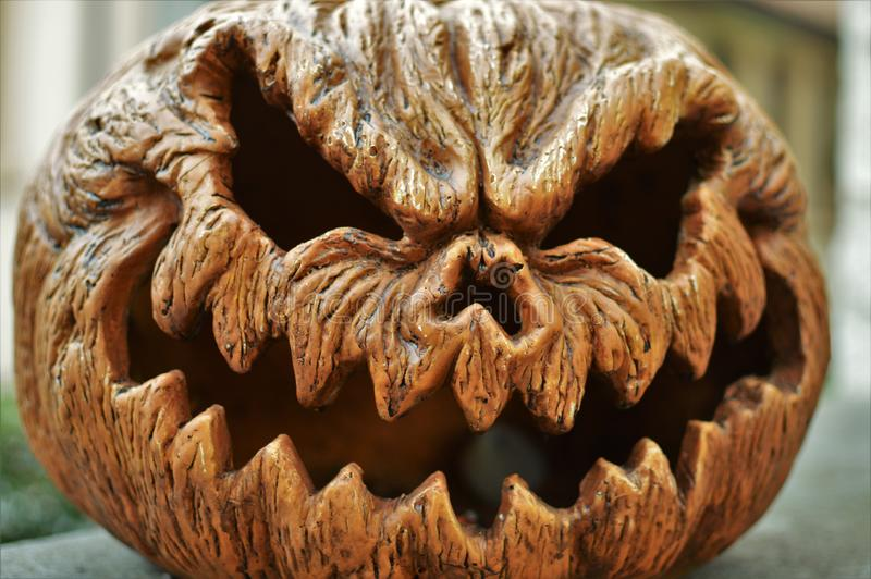 Nahaufnahme-furchtsamer Kürbis-Hintergrund-verärgerter Gesichts-Kürbis Halloween stockfotos