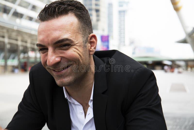 Nahaufnahme-Geschäftsmann glücklich und Lächelnporträt lizenzfreies stockfoto