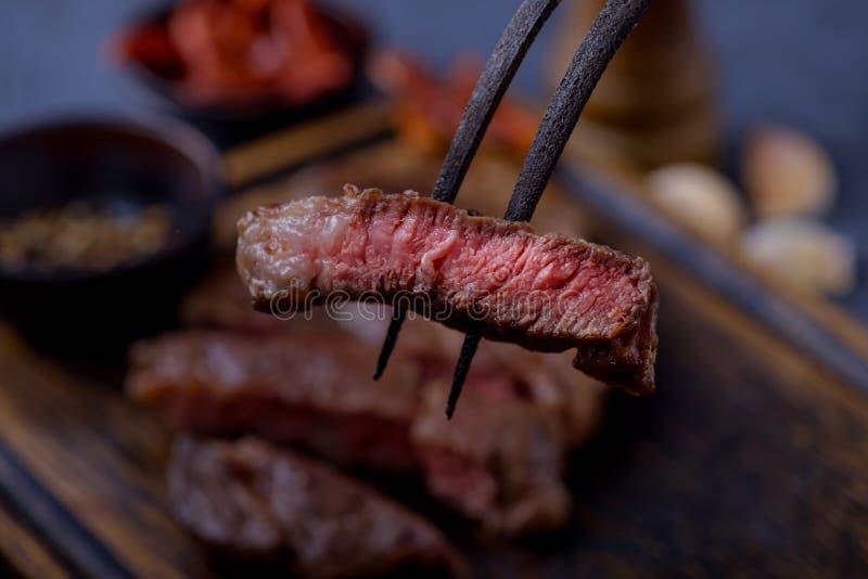 Nahaufnahme geschnittenes gegrilltes Steak halb gar stockbild