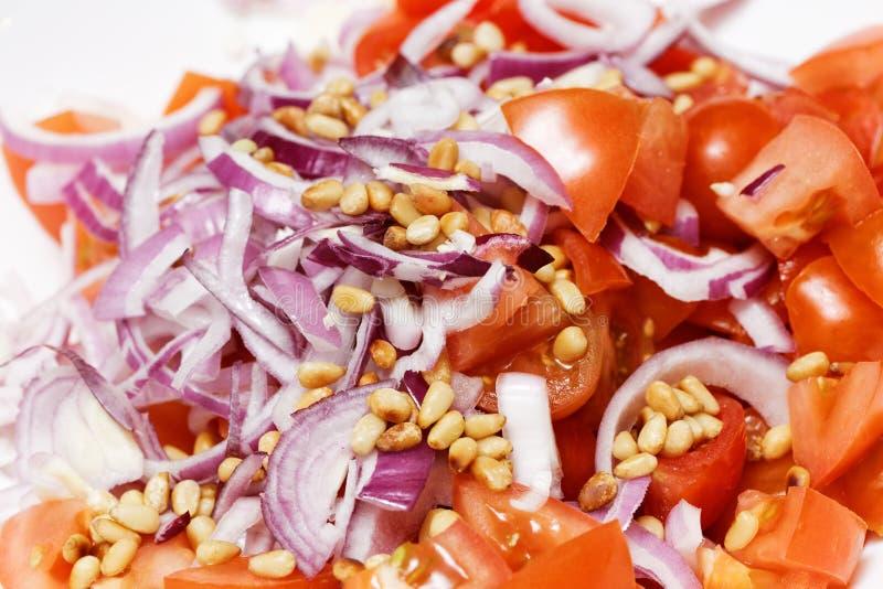 Nahaufnahme geschnittenes Gemüse für Salat lizenzfreie stockfotografie