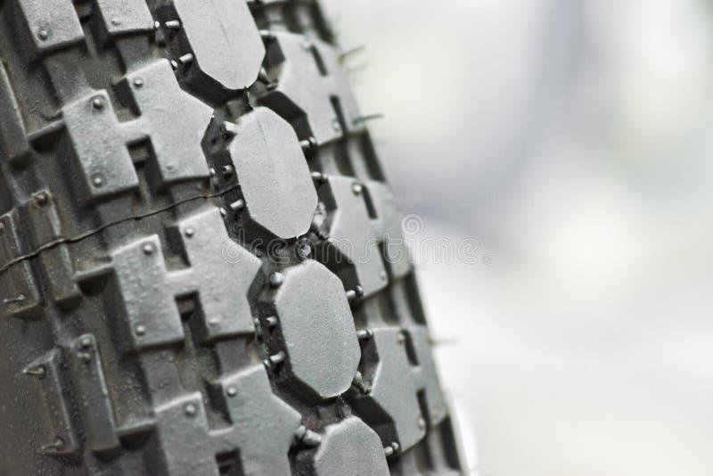 Nahaufnahme geschossen vom klassischen Motorradreifenschritt Nahaufnahmeschutz des Reifens - Radservice stockbilder