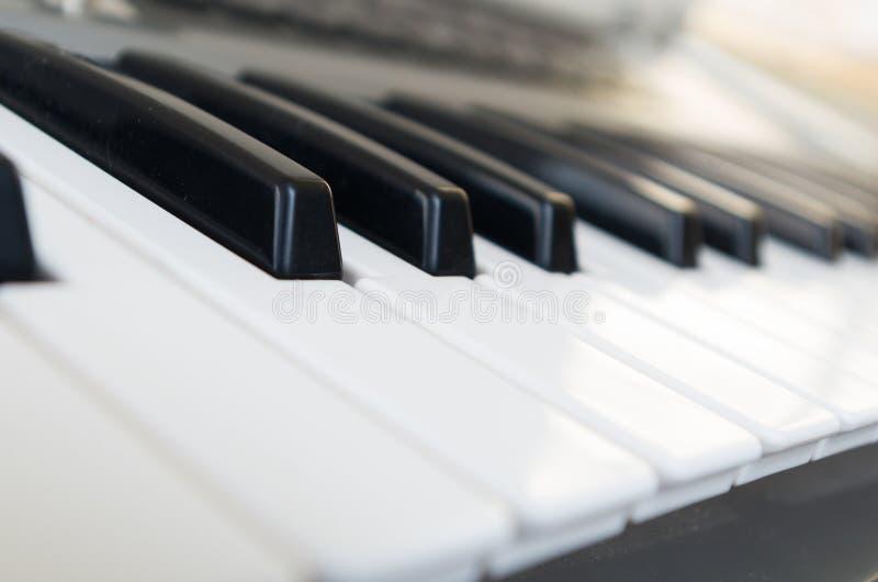 Nahaufnahme geschossen vom Klavier lizenzfreie stockfotografie